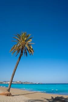 Het strand van ibiza playa d en bossa in de balearen
