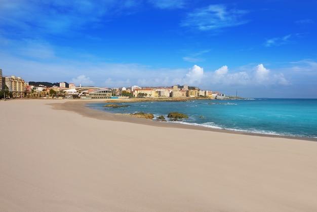 Het strand van la coruna riazor in galicië spanje