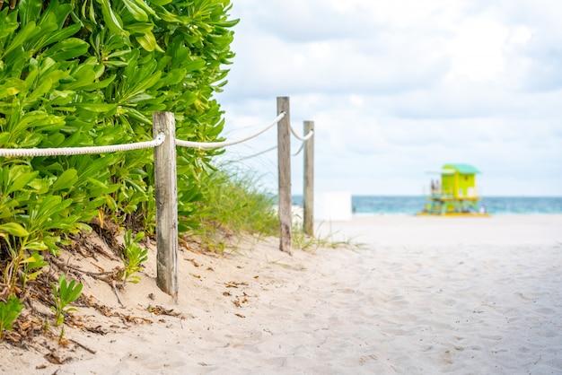 Het strand van miami in florida met oceaanachtergrond