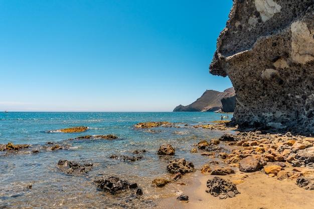 Het strand van monsul in het natuurpark cabo de gata, geërodeerde lavaformaties eromheen, fijn zand en kristalhelder water