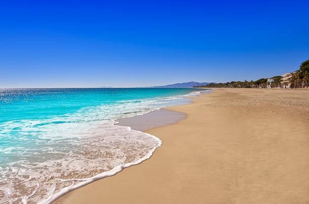 Het strand van platja cap de san pere in cambrils