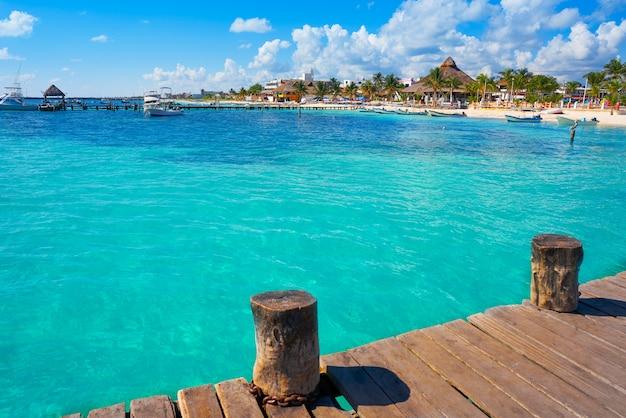 Het strand van puerto morelos in riviera maya