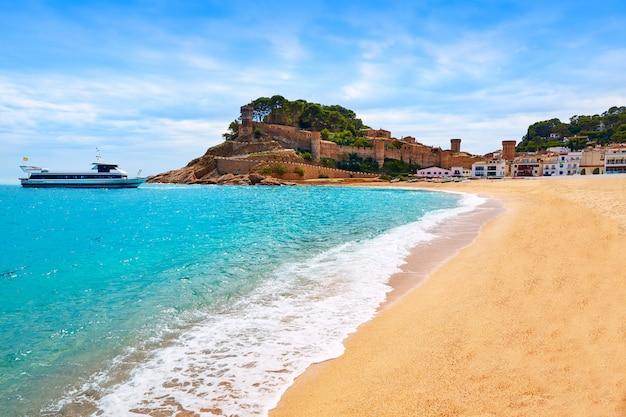 Het strand van tossa de mar in costa brava van catalonië