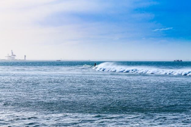 Het strandmening van port elizabeth, het panorama van zuid-afrika. indische oceaan landschap. golven en windsurfen