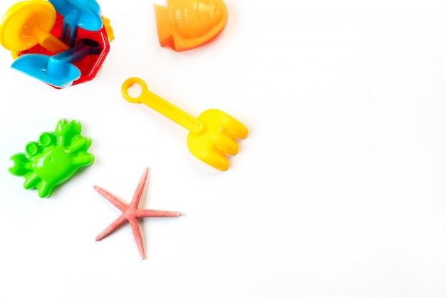 Het strandspeelgoed van kinderen dat op witte achtergrond wordt geïsoleerd