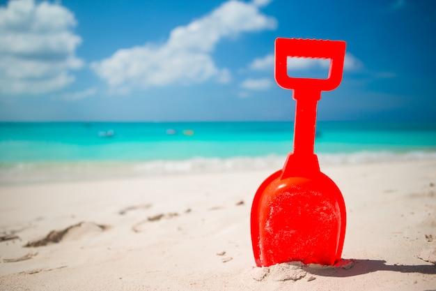 Het strandstuk speelgoed van het de zomerjonge geitje in het witte zand