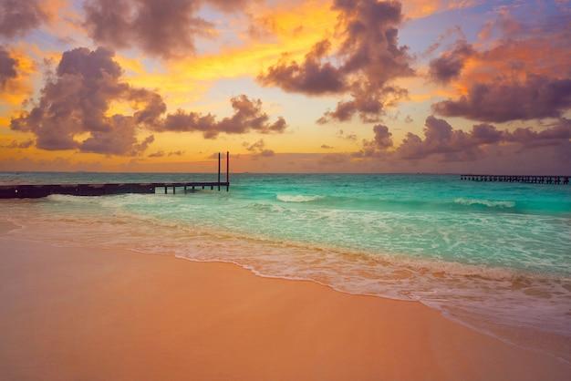 Het strandzonsondergang van cancun caracol in mexico