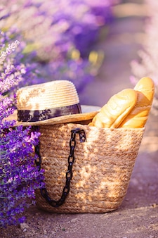 Het strozak en hoed van de close-up op lavendelgebied