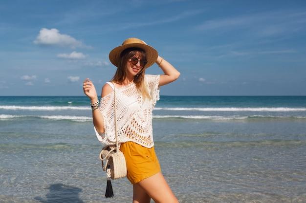 Het strozak van de vrouwenholding en het lopen op het strand