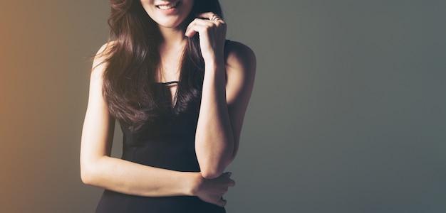 Het studio geschotene portret van de jonge mannequin van de luxedame met verfraait lichaam.