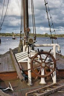 Het stuurwiel van de roerboot van een oude zeilboot in ierland.