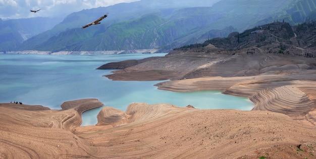 Het stuwmeer van chirkeyskoye is het grootste kunstmatige stuwmeer in de kaukasus. het is gelegen aan de rivier de sulak. dagestan. rusland. prachtig panoramisch uitzicht.