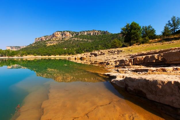 Het stuwmeer van toba in serrania de cuenca in de zomer