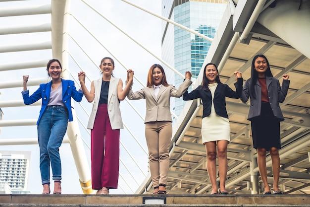 Het succesvolle bedrijfsvrouwenteam vieren