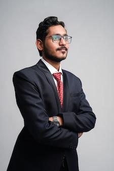 Het succesvolle jonge indische bedrijfsmens stellen