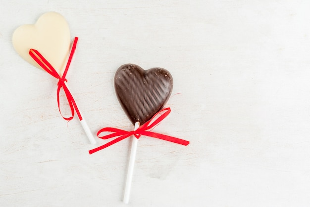 Het suikergoed van chocoladeharten op witte lijst