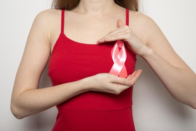 Het symbool van de strijd tegen borstkanker. roze lint op de borst van de meisjes.