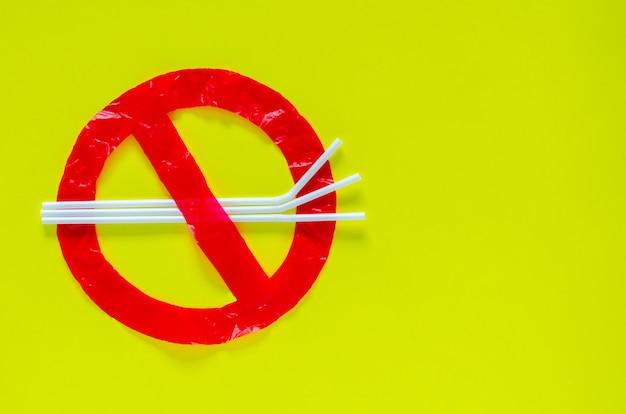 Het symbool van stoppen met het gebruik van onvriendelijke omgevingspakketten die gemaakt zijn van plastic zak en rietje.