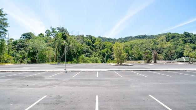 Het symboolteken van de pijl binnen parkeren, parkeerterrein, parkeerstrook openlucht met blauwe hemelachtergrond