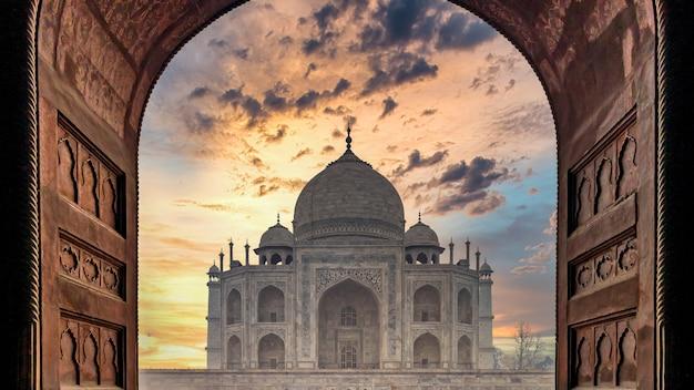 Het taj mahal mausoleum bij zonsondergang