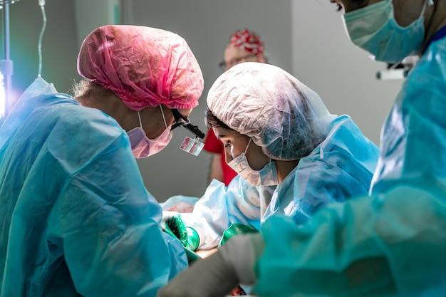 Het team van chirurgen dat met patiënt werkt. borstvergroting