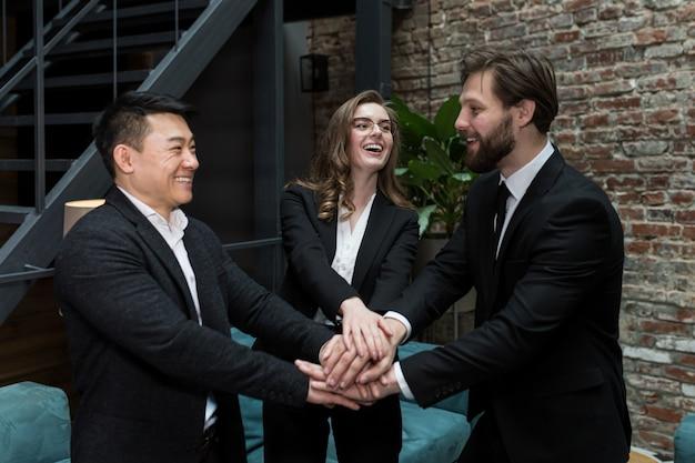 Het team van medewerkers houdt elkaars hand vast, verheugt zich in het verrichte werk en overwint moeilijkheden