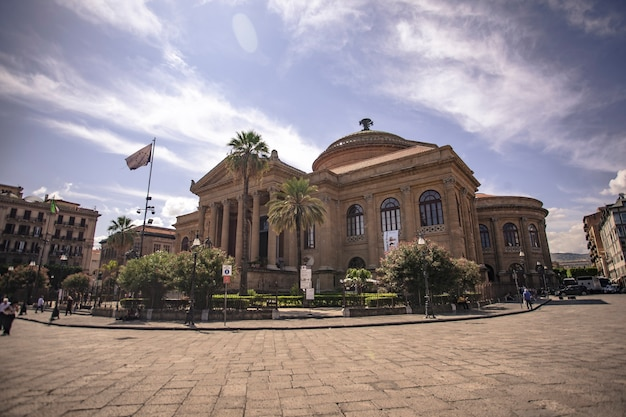 Het teatro massimo vittorio emanuele, beter bekend als teatro massimo, van palermo is het grootste operatheatergebouw in italië, en een van de grootste in europa, derde qua architectonische omvang