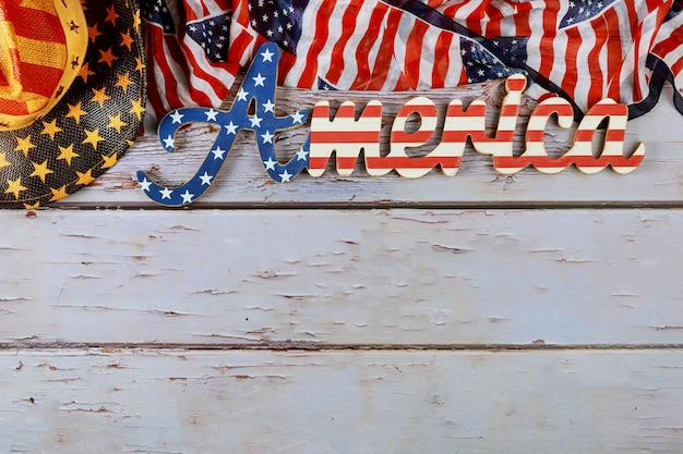 Het teken van amerika verfraaide brief met patriottisme federale feestdag van de amerikaanse vlag op houten achtergrond