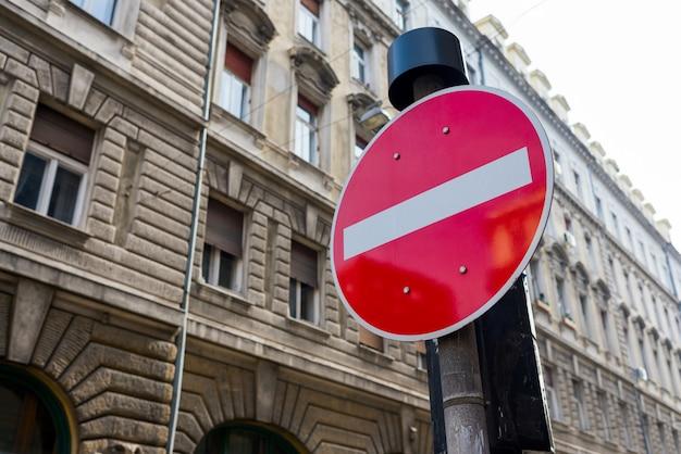Het teken van het autoeinde in de stad op een de bouwachtergrond