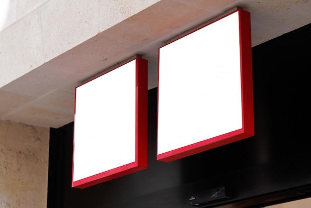 Het teken van het twee opslagmerk op winkelmuur