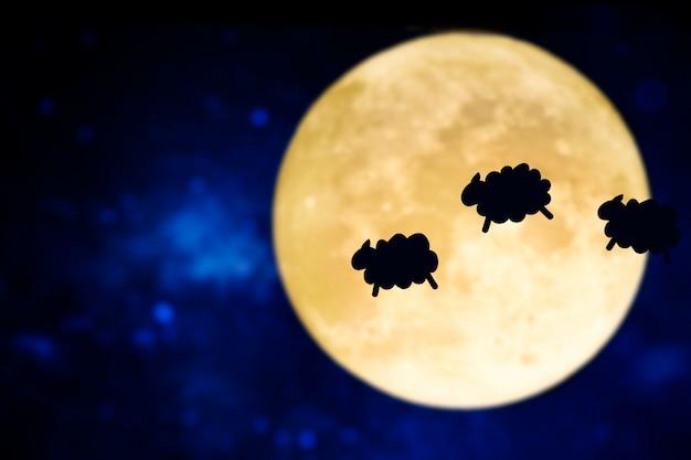Het tellen van schapen silhouet over een volle maan