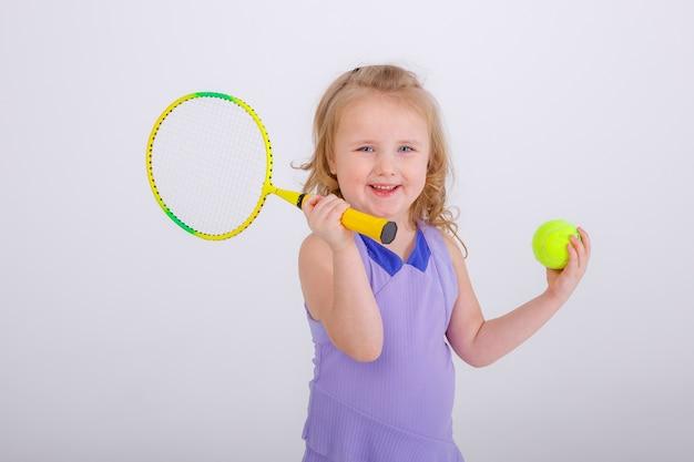 Het tennisbal en het racketwit van het kindmeisje
