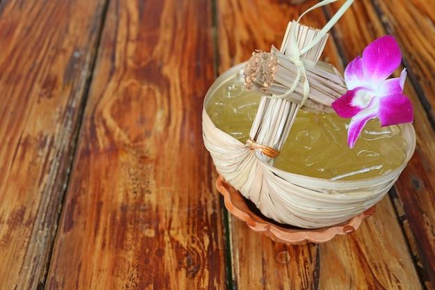 Het thaise oosterse citrusvruchtensap van stijl zoete en zure koude calamansi dat op houten lijst wordt gediend