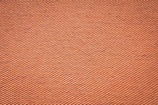 Het thaise oude patroon van het stijldak ontwerpt, laag van de rode achtergrond van de het daktextuur van kleitegels