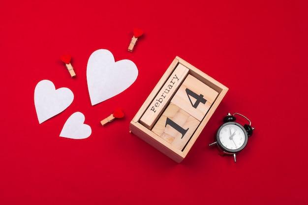 Het thema van de valentijnskaartendag met houten blokkalender