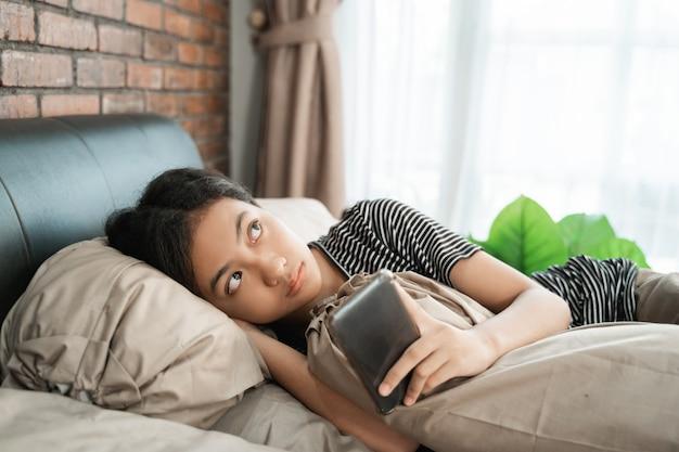 Het tiener denken terwijl online het gebruiken van telefoon