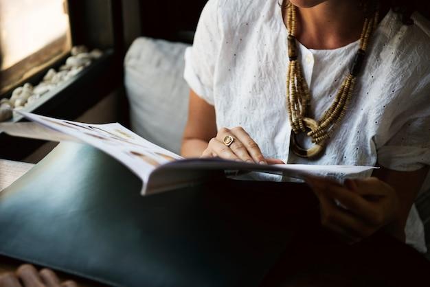 Het tijdschrift van de vrouwenlezing bij koffiewinkel