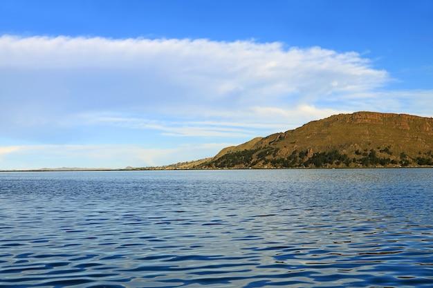 Het titicacameer, het grootste meer van zuid-amerika, ligt 3810 meter boven zeeniveau in puno, peru