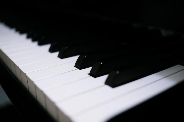 Het toetsenbordachtergrond van de piano met selectieve nadruk.