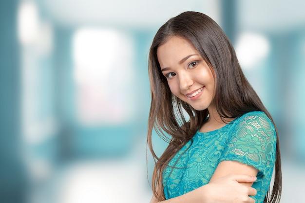 Het toevallige aziatische kaukasische vrouw glimlachen van het ras glimlachen die gelukkig kijken