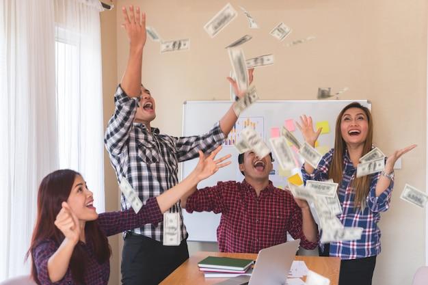 Het toevallige commerciële team werpt geld voor succes