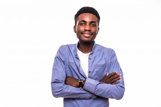 Het toevallige jonge afrikaanse mens stellen op witte muur