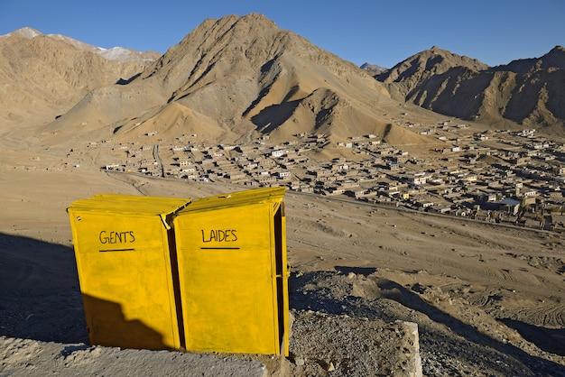 Het toilet bij gezichtspunt van de stad van leh, ladakh, india