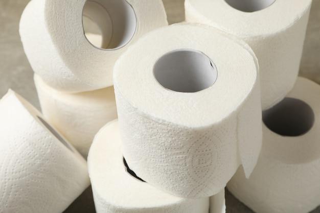 Het toiletpapier op bruine lijst, sluit omhoog