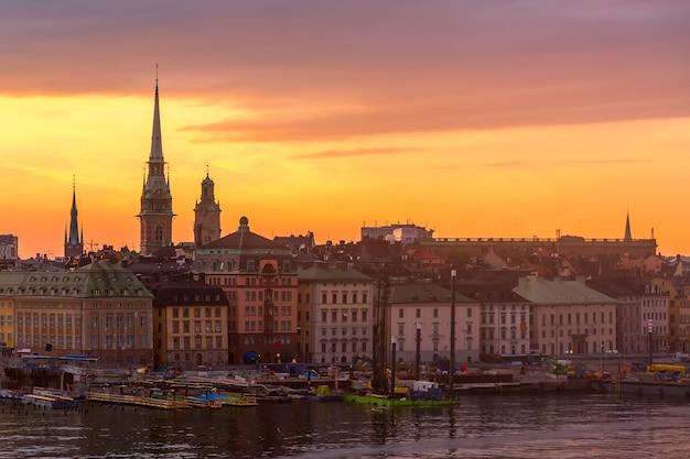 Het toneelpanorama van de de zomerzonsondergang van de oude architectuur van stadsgamla stan in stockholm, zweden
