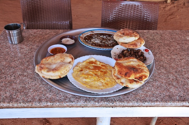 Het traditionele eten in de sahara-woestijn van soedan