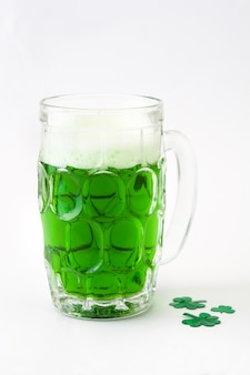 Het traditionele st patrick geïsoleerde groene bier van de dag.