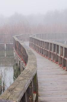 Het traliewerk dat in de mist langzaam verdwijnt