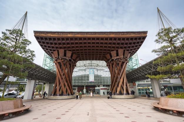 Het tsuzumimon gate-monument van kanazawa ligt recht tegenover de uitgang naar het oosten van het station kanazawa.