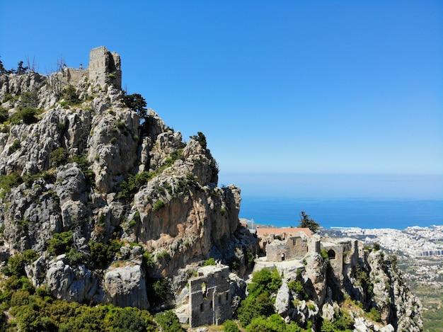 Het turkse deel van noord-cyprus. geweldig uitzicht van bovenaf, bergen en kastelen rondom. gemaakt door drone.